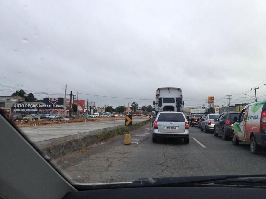 Trânsito lento na Linha Verde. Foto do ouvinte @jaocaetano enviada pelo Twitter