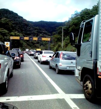 Motorista enfrenta muitas filas na BR 376 sentido Santa Catarina. (FOTO: Angela Yurk)