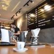 Há os cafés passados na máquina italiana, mas o destaque maior vai para a técnica de coar, liberando todos os sabores do pó. (foto: Guilherme Grandi)