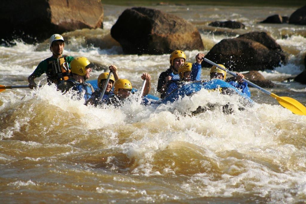 Opção de rafting para iniciantes a menos de 100km da capital. (Foto: Divulgação/RaftingCuritiba)