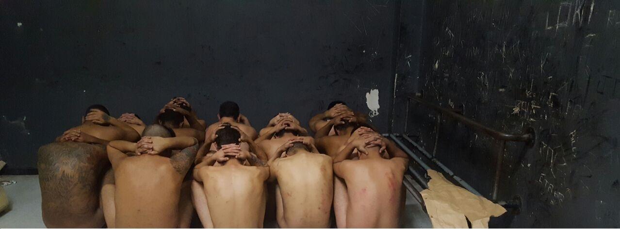 Dezenas de presos são mantidos em um espaço que seria para 4 pessoas (Foto: colaboração/WhatsApp)