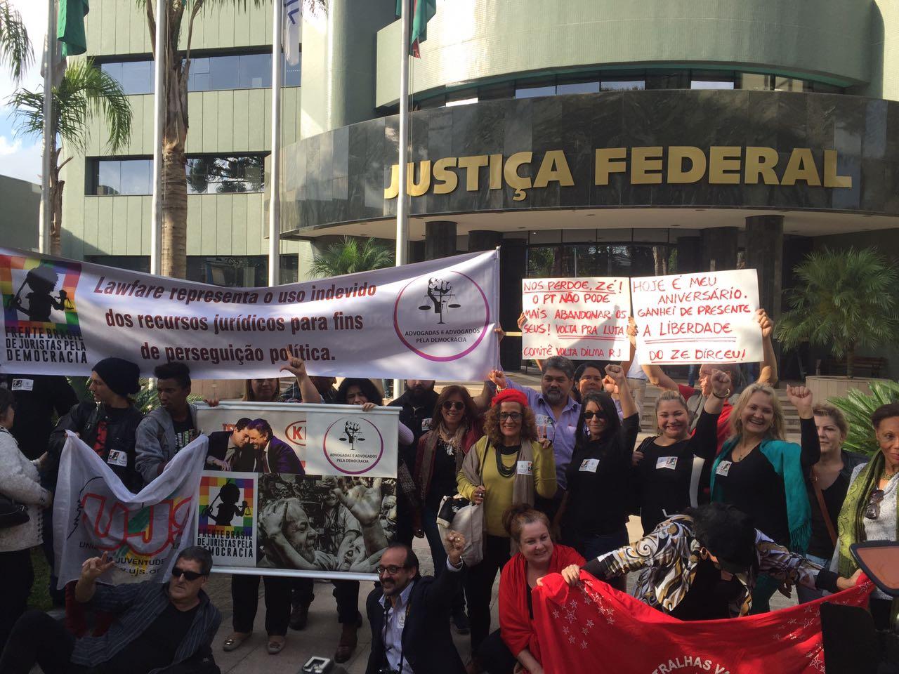 Manifestantes em frente à Justiça Federal. Foto: Thaissa Martiniuk