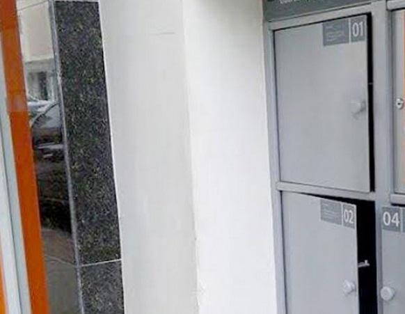 Adesivo Decorativo Portas De Vidro ~ Criança fica presa dentro de guarda volumes de ag u00eancia